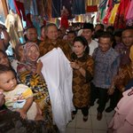 Di Palembang, SBY dan Ibu Ani mampir beli mukena dan songket Palembang, Rabu (25/11). https://t.co/PnrJ2FXYq4