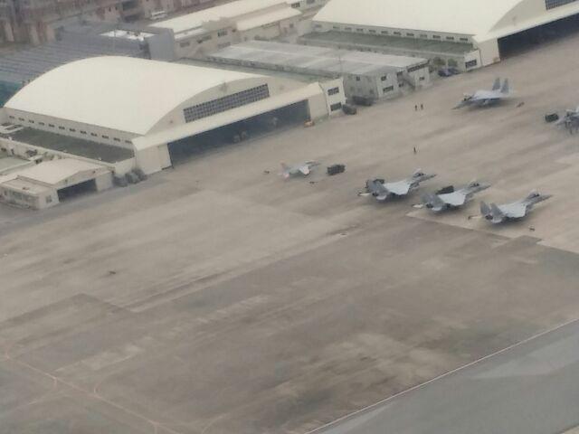 成田、羽田、関空、伊丹などの空港に戦闘機が何機も並んでいるということを想像してほしい!@sumisumi2010: 那覇空港に着いた時と飛び立つ時に見る景色、嫌い。 https://t.co/IePAhk5Anq