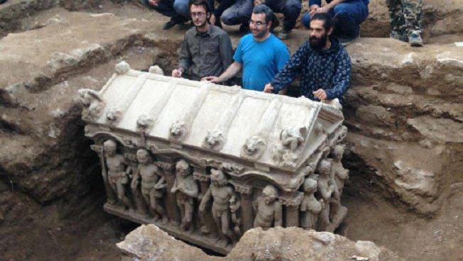 #archaeology: Late Roman era sarcophagus found by Turkish farmer https://t.co/imeZ1lID9e https://t.co/348kTBcMEq