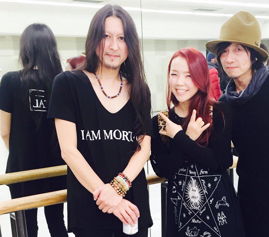 NHKホールでTHE MORTALのツアーファイナルを観てきました。櫻井さんの世界観美しかったです。私のお兄ちゃん的存在のギタリストの村田有希生さんと三代堅さんと。 https://t.co/Fc0XupxmJ3