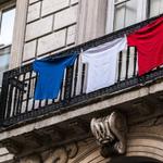 Ceux qui navaient pas de drapeau ont aussi trouvé un moyen de pavoiser https://t.co/bDYcHWpwgu #hommagenational https://t.co/6WGf8zenUh