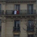 Ceux qui nont pas de drapeau utilisent des chemises et je les aime beaucoup. #pavoiser #hommagenational https://t.co/clqunwHev0