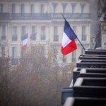 Quelques balcons, place de la République. #HommageAuxVictimes https://t.co/TRcJdK43fA