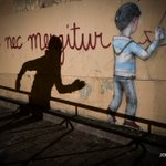 """""""Fluctuat nec mergitur"""", la devise de Paris écrite sur les murs, après les attentats #AFP https://t.co/yuhByjhIoS"""