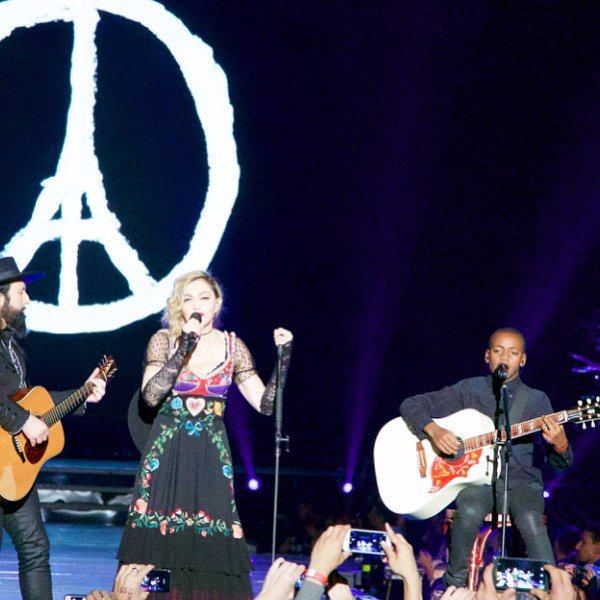 David singing Redemption Song for Paris???????? So amazing ???????? Thank you Universe. ❤️ #rebelhearttour https://t.co/CI3O5mFzlF