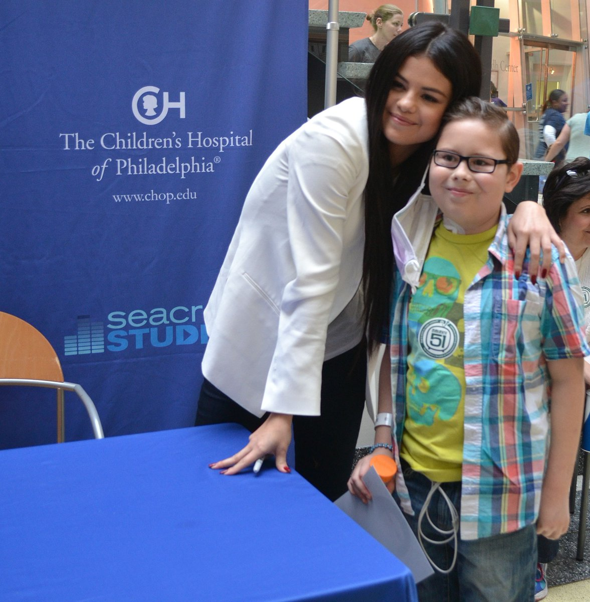 BIG thanks to @Selenagomez for putting so many smiles on so many faces at CHOP's #SeacrestStudios! @RyanFoundation https://t.co/bc5z7ohGav