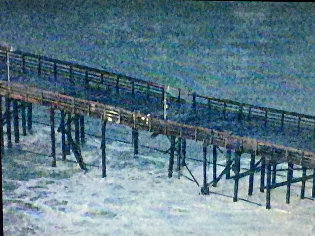 Ventura pier closed due to high surf & damaged pier @markkonosky5 over these Amazing pics , no one on pier/beach https://t.co/ua5Mzt9jcs