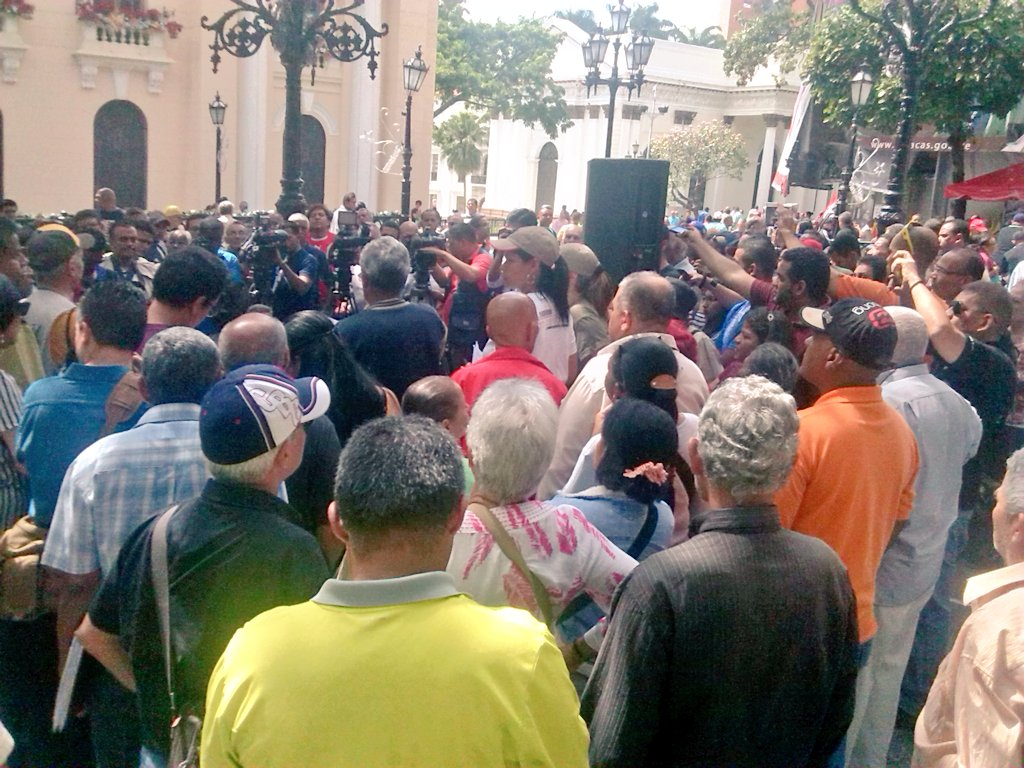 AHORA | Plaza Bolívar de Ccs. Comunicadorxs defenderán la revolución ante la derecha fascista https://t.co/9jap3sSpSJ