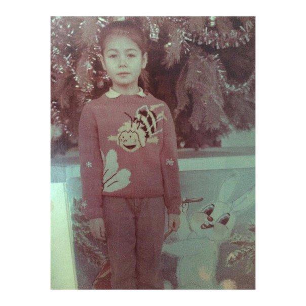 Маленькая девочка в свитере, который связала мама. Теперь мама я, учусь вязать.. https://t.co/xcLAIwBtcg