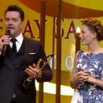 النجمة #SerenaySarikaya تحصل على جائزة أفضل ممثلة لعام 2015 #PanteneAltınKelebek #MedCezir https://t.co/oQRXo3nxJi