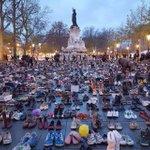I Paris, där demonstrationsförbud råder nu, klimatmarscherar istället 20 000 par skor - inkl påvens. Rys. ❤️ https://t.co/vriUXnxexE