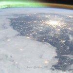 Российские космонавты опубликовали снимок Москвы и Петербурга под северным сиянием https://t.co/D3ZrHcXSoq https://t.co/j2jnhJHvXS