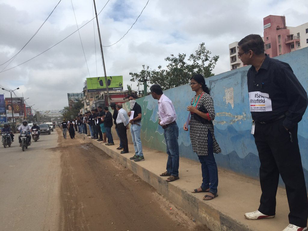 The human chain at marthahalli #SaveWhitefield come join us, all we want is basic infrastructure https://t.co/lKgTjKB7gK