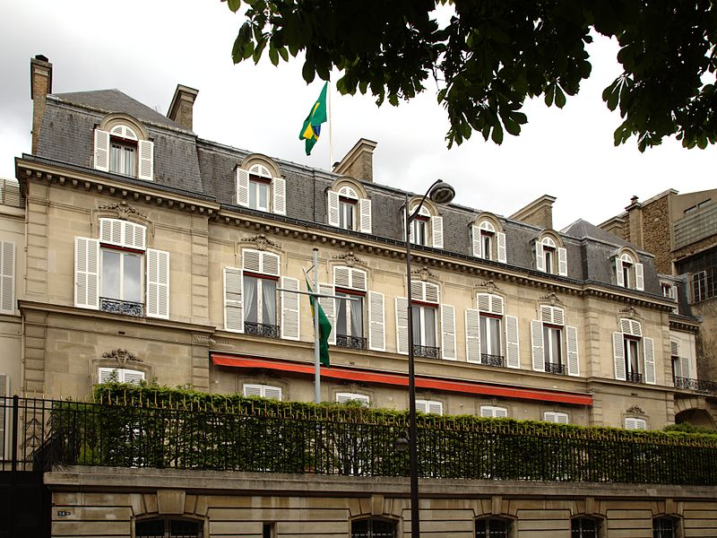 Por que Dilma não hospeda na embaixada brasileira em Paris em vez de ficar no suntuoso e caríssimo Le Bristol? https://t.co/CMXELqhIox