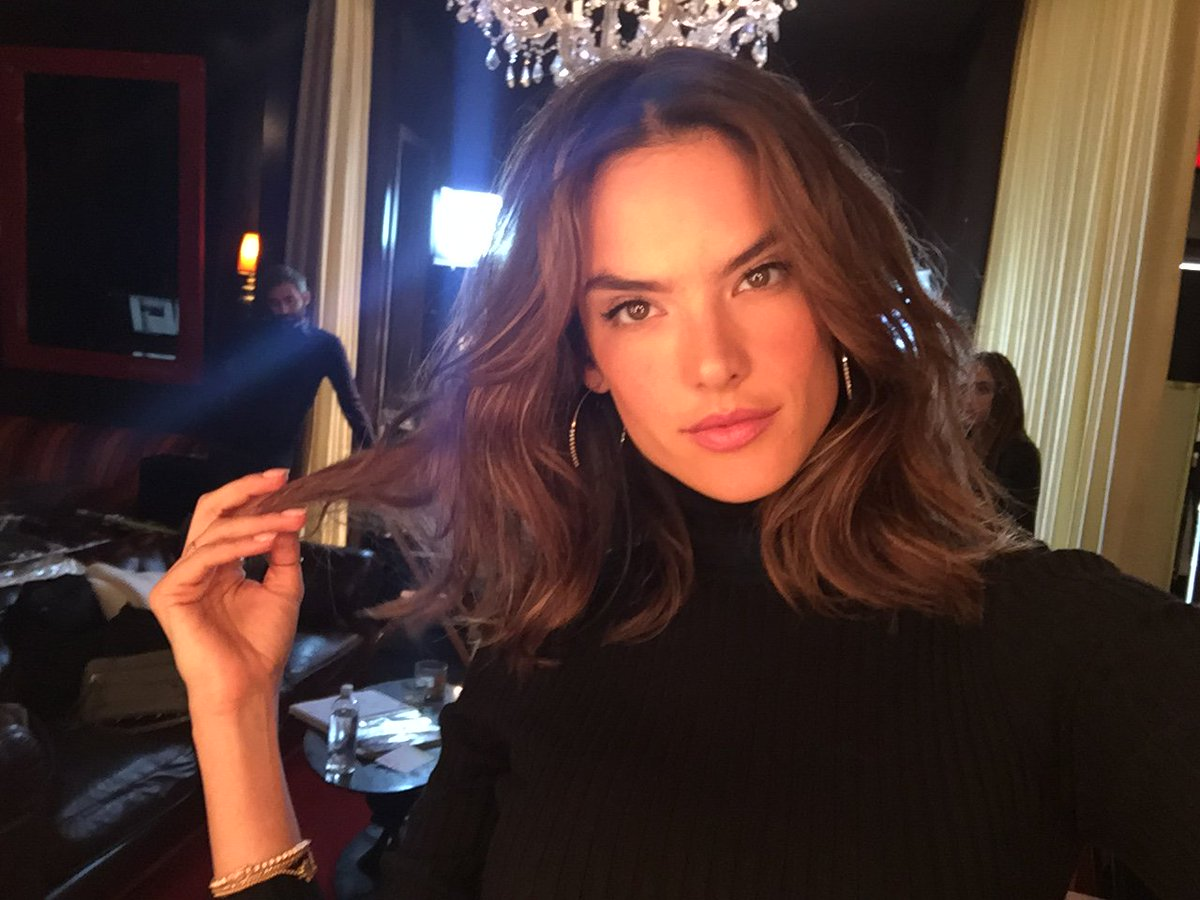 Good day, #LA! ????@AngelAlessandra is READY for her #VSFashionShow press day. https://t.co/ygWpT2kTng