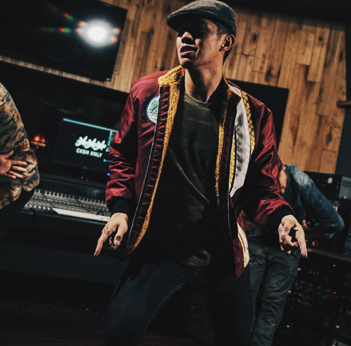 Move the couch! Check out @brianpuspos NEW video to @AndersonPaak @Knxwledge 'SUEDE' https://t.co/HR871w4bS2 https://t.co/tYImQp5RdK