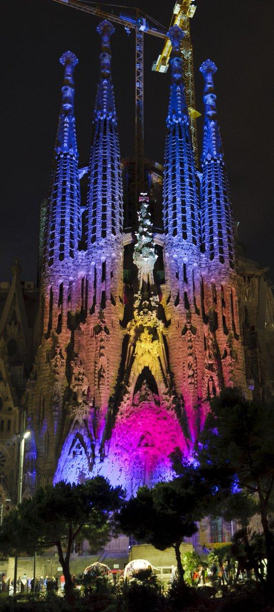 バルセロナのクリスマスイルミネーションも始まりました。サグラダ・ファミリアのライトアップも楽しみです。 ©catwalker/Shutterstock.com https://t.co/R23GxPE01p