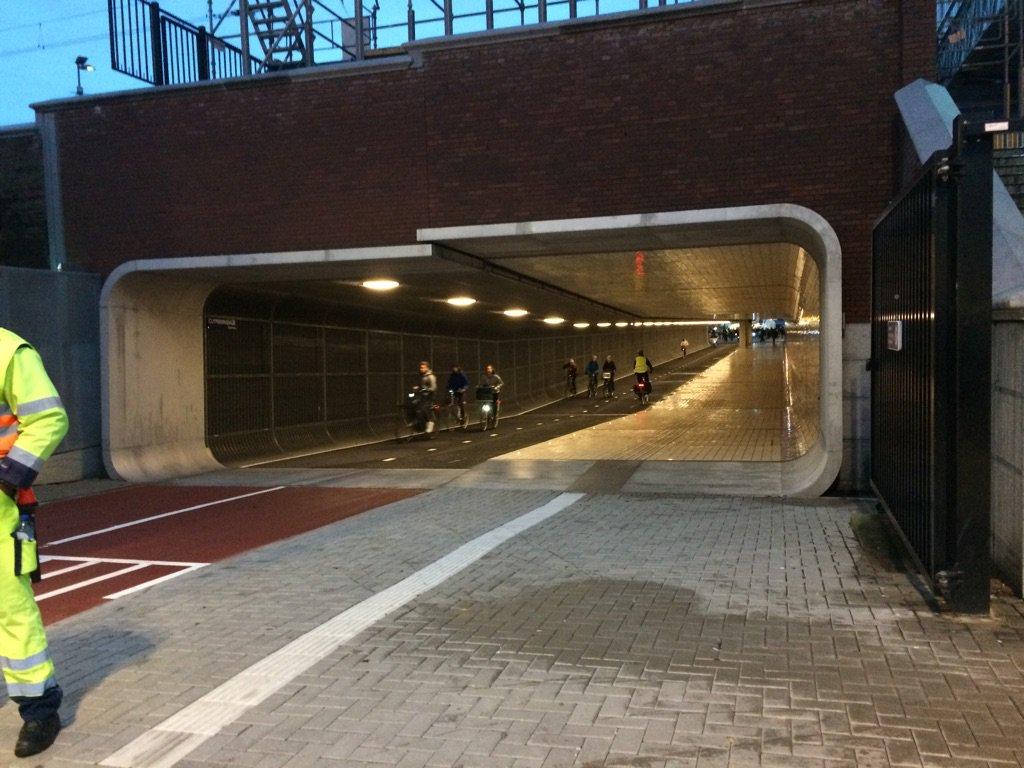 Die nieuwe fietstunnel onder centraal lijkt verdacht veel op een ingang van een Imperial Cruiser https://t.co/syojsQ7UlS