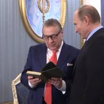Владимир Путин и Геннадий Хазанов обменялись подарками во время чаепития в Кремле Видео: https://t.co/p447fJdQOD https://t.co/6YAIvFkUwk