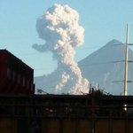 Volcán Santiaguito registró esta mañana una fuerte explosión. Fotografía desde el ingenio El Pilar https://t.co/urEFmsTGQ4