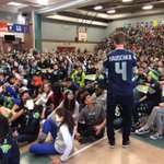 #Seahawks kicker Steve Hauschka chats with students at McKnight Middle about nutrition & exercise. #Q13FOX https://t.co/lHFnKvT6Tx