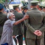 Epa,Teniente No nos des la espalda, respeta la constitución ayúdame a rescatar la Patria por tus hijos y mis nietos https://t.co/gjiSXftLKg