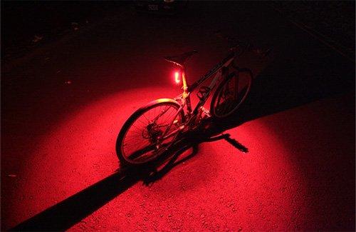 地面を照らして周囲へ猛烈にアピールする、目立ち度MAXのテールライト。暗闇に浮かびあがる真っ赤な円がなんかカッコ良くないですか? https://t.co/G66mjrnxq8 https://t.co/U1Q1KLXqXo