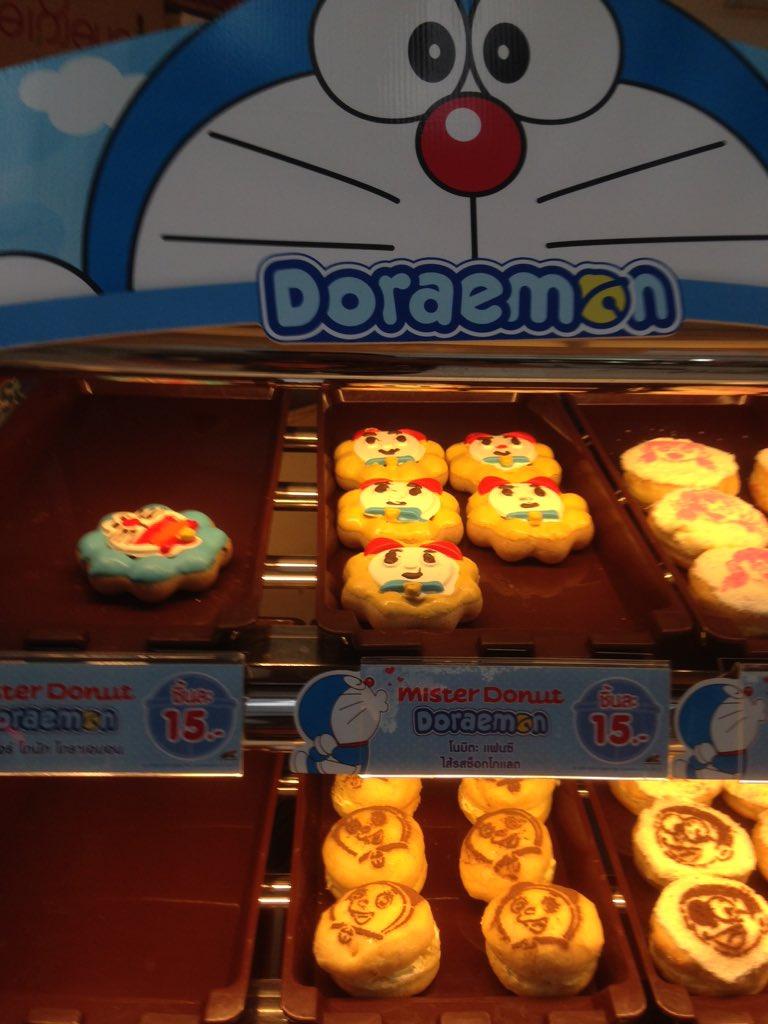 タイでもドラえもんは大人気なのでミスタードーナッツのドラえもんドーナツは人気商品です。そして店員さんはタケコプターをつけながら真顔でお仕事。 #タイ #thai https://t.co/FaIWZkPwi4
