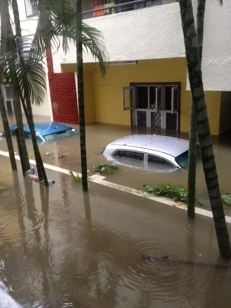 100年に一度と言われる豪雨がチェンナイを襲っている、、、当社の事務所も先週に引き続き今回の豪雨でまた冠水。近所のアパートはとんでもない状況になっている。 https://t.co/PGYSE5XbXJ