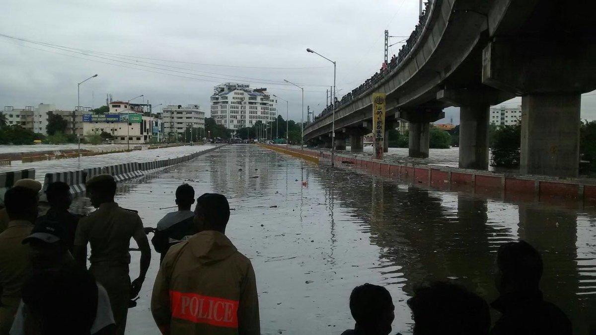 #Alert: Saidapet bridge is closed... It's literally shaking. #chennairains #ChennaiFloods https://t.co/Q805cmsLcn