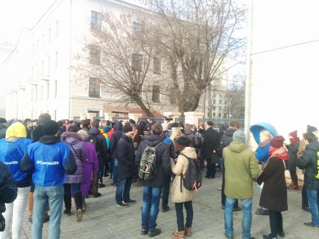 #студентыпротив стучатся в закрытую калитку дворика БГУ. кстати, обычно она в это время открыта. https://t.co/rikRrsd7Mu