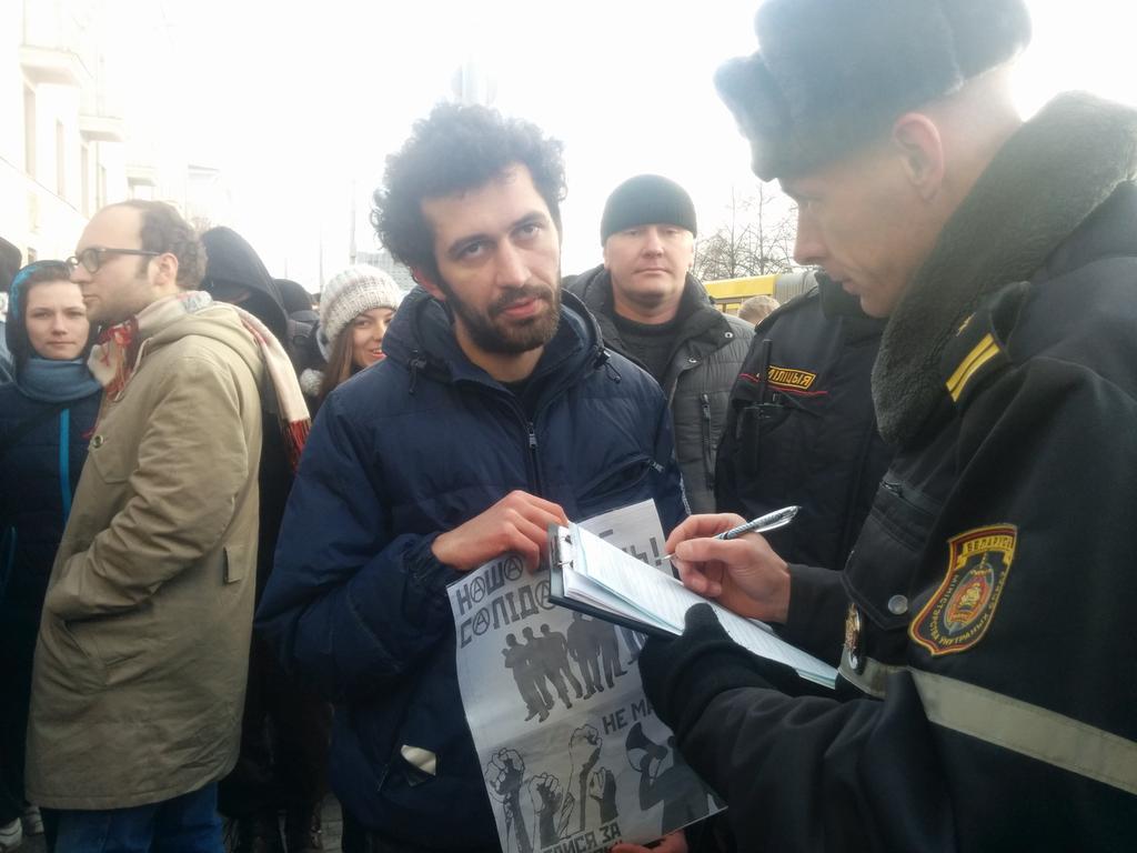 на человека, с плакатом составляют протокол. статья 23.34. #студентыпротив. смельчака зовут Евгений Амельков. https://t.co/HOqPrYA9nQ