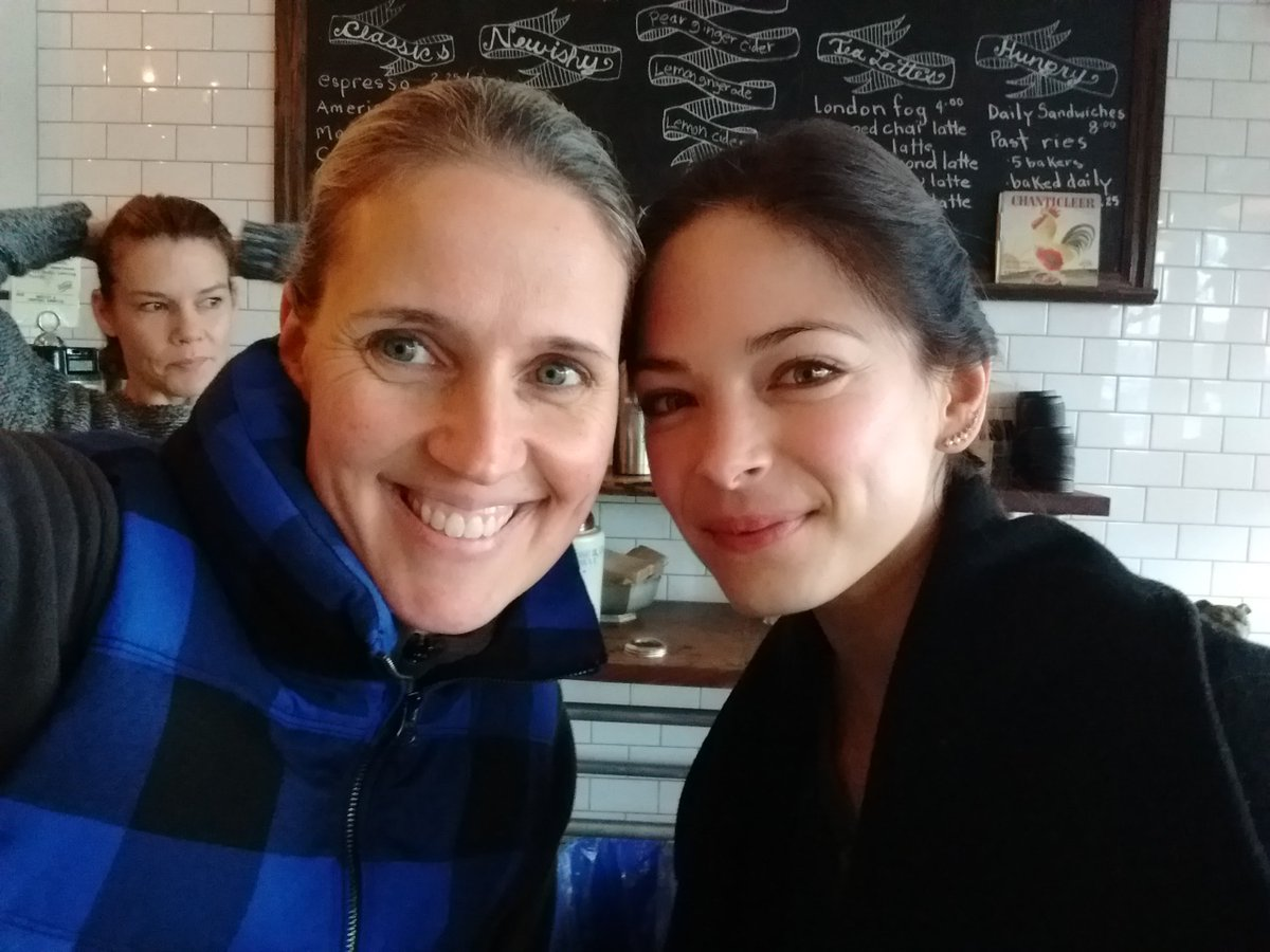 After pulling an all-nighter, look who I ran into @ the cafe...the fab @MsKristinKreuk! Thx for the selfie! #hugefan https://t.co/sNQaPpapze