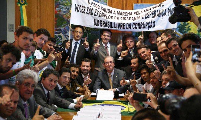 Vi Bolsonaro ao lado de Eduardo Cunha na foto, vomitei! Se a Dilma sair, essa é a Corja que se apossará do Brasil https://t.co/PdoDWRZaGd