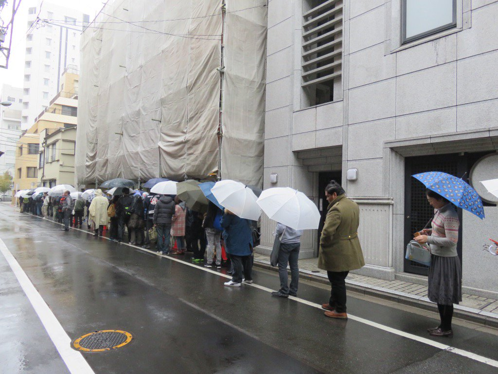 「ミシュランガイド東京2016」で世界で初めてラーメン店として「一つ星」を取った「Japanese Soba Noodles 蔦」、この雨の中、100人待ちです。「ラーメンWalker東京23区版」では「蔦」の特集も掲載しています https://t.co/cuyYNt7g4T
