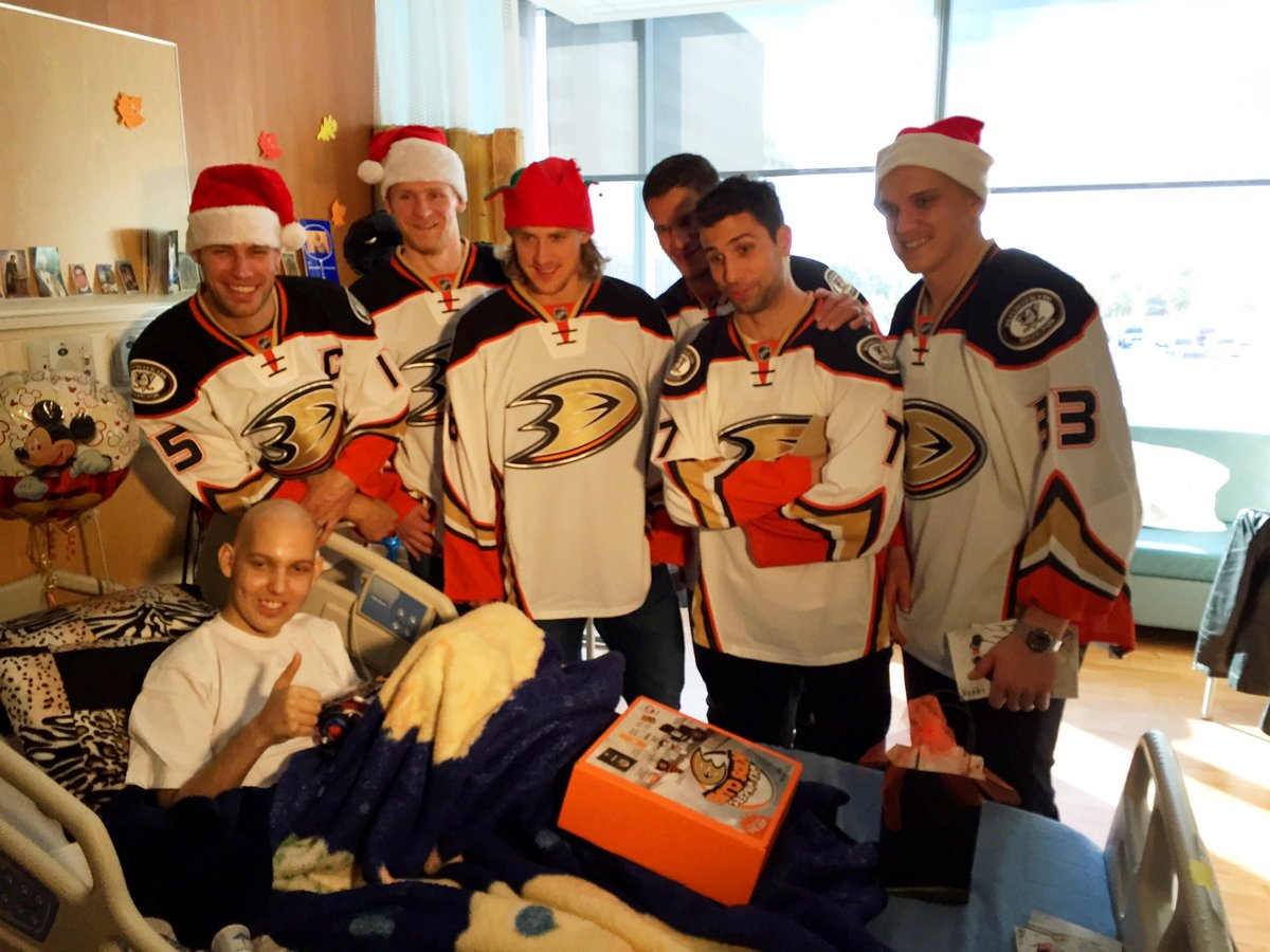 The joy of giving during the holiday season. @AnaheimDucks @chocchildrens https://t.co/Xh2ywUKhd0