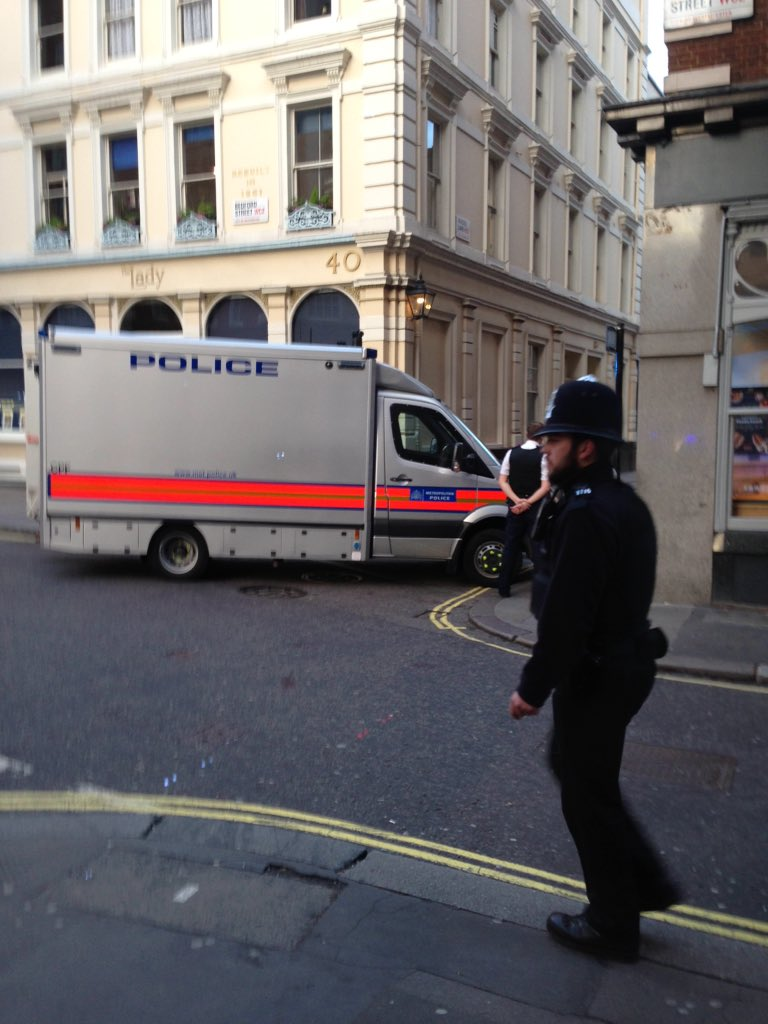 Bomb disposal team now arrived at maiden lane #coventgarden #bomb @BBCNews https://t.co/6AmCa7duX0