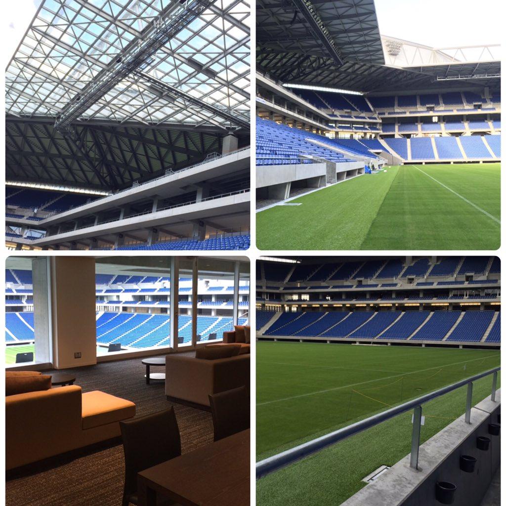 ガンバ大阪前社長の金森さんにアテンドいただき市立吹田サッカースタジアムをピッチレベルからスタンド、VIPルーム、選手控え室までご案内いただきました。写真では伝わりづらいですが観客席とピッチの距離はわずか7メートル。(続く) https://t.co/hmdGuFaqVk