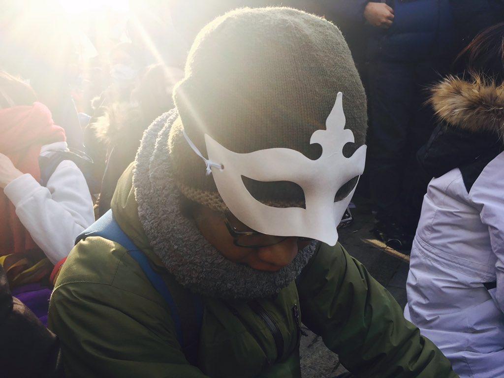 모이면 불법이라고, 불법하면 검거하겠다고, 협박하고 윽박질러도 많은 분들이 가면을 쓰고 서울시청광장에 오셨습니다. 시청광장이 부족해서 차도까지 꽉찼습니다.  어서 오세요~ 가면집회는 처음이죠? #민중총궐기 https://t.co/fFs6N7EZHh