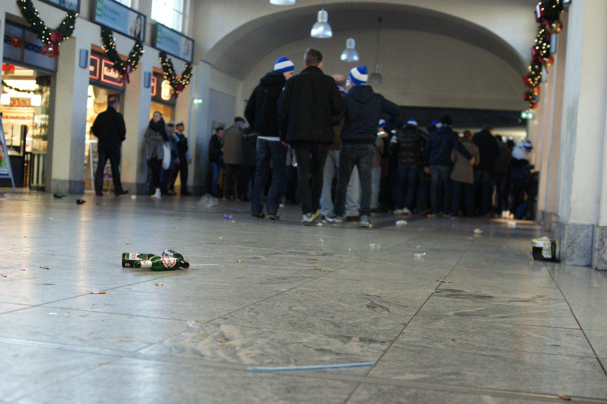 Falls mich nochmal jemand fragt, warum ich Fußball nicht mag: vorhin im Darmstädter Hauptbahnhof. #SGED98 https://t.co/90EyGHjA2k