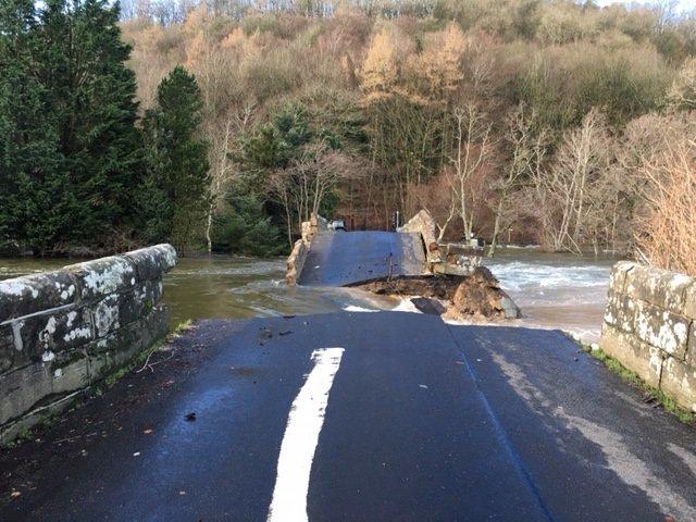 Historic Pooley Bridge collapses https://t.co/jkD7QHo6Rv https://t.co/20wgo5RUdy
