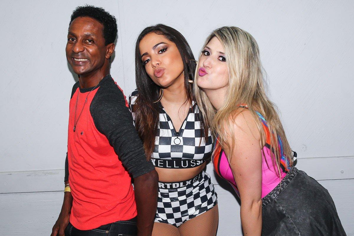 Com figurino provocante, Anitta recebe Dani Calabresa e Luis Miranda em show   dani calabresa marcelo adnet