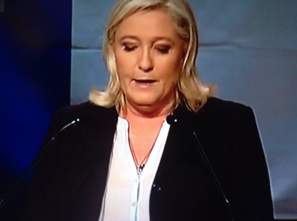 Marine LePen a le cou énorme ce soir, elle a aussi 3 mentons. Merci l'éclairagiste de HéninBeaumont #Regionales2015 https://t.co/2BVcaAtVYi