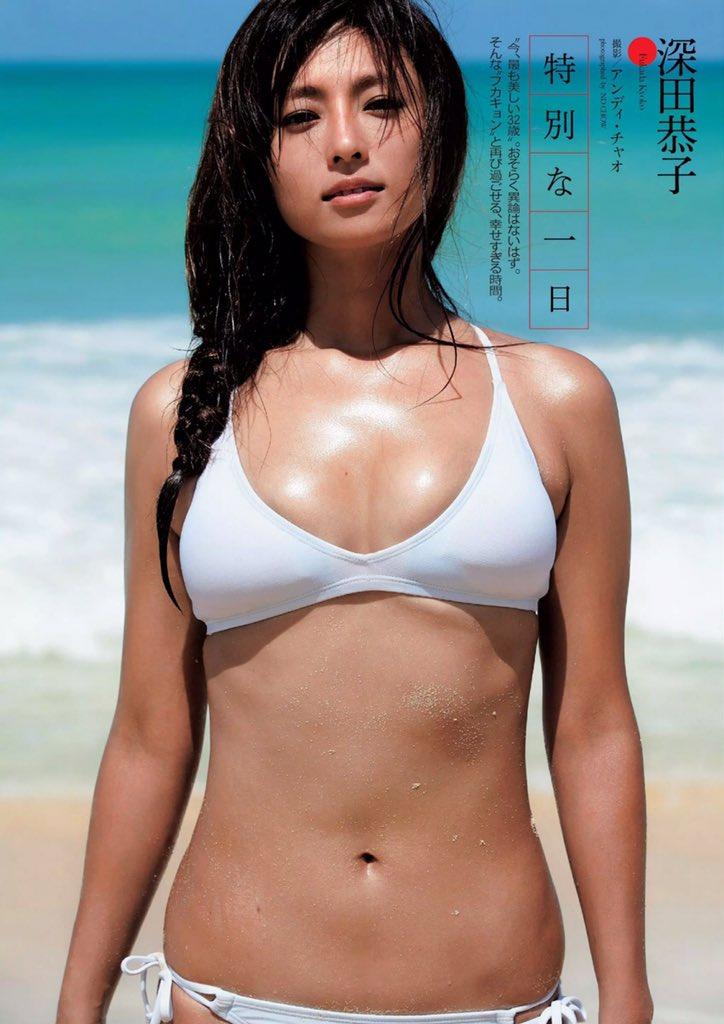 白いビキニで海辺に立つ深田恭子