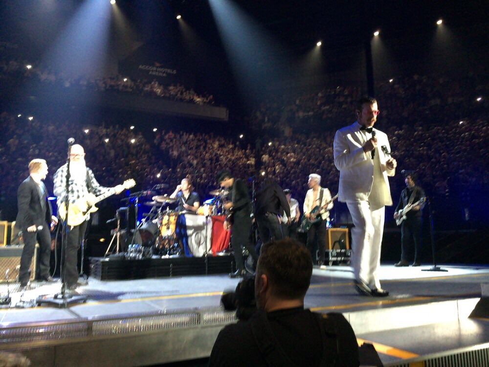 """""""They were robbed of their stage three weeks ago, we'd like to offer them ours tonight"""" - EODM on stage! #U2ieTour https://t.co/C9WapOPQFv"""