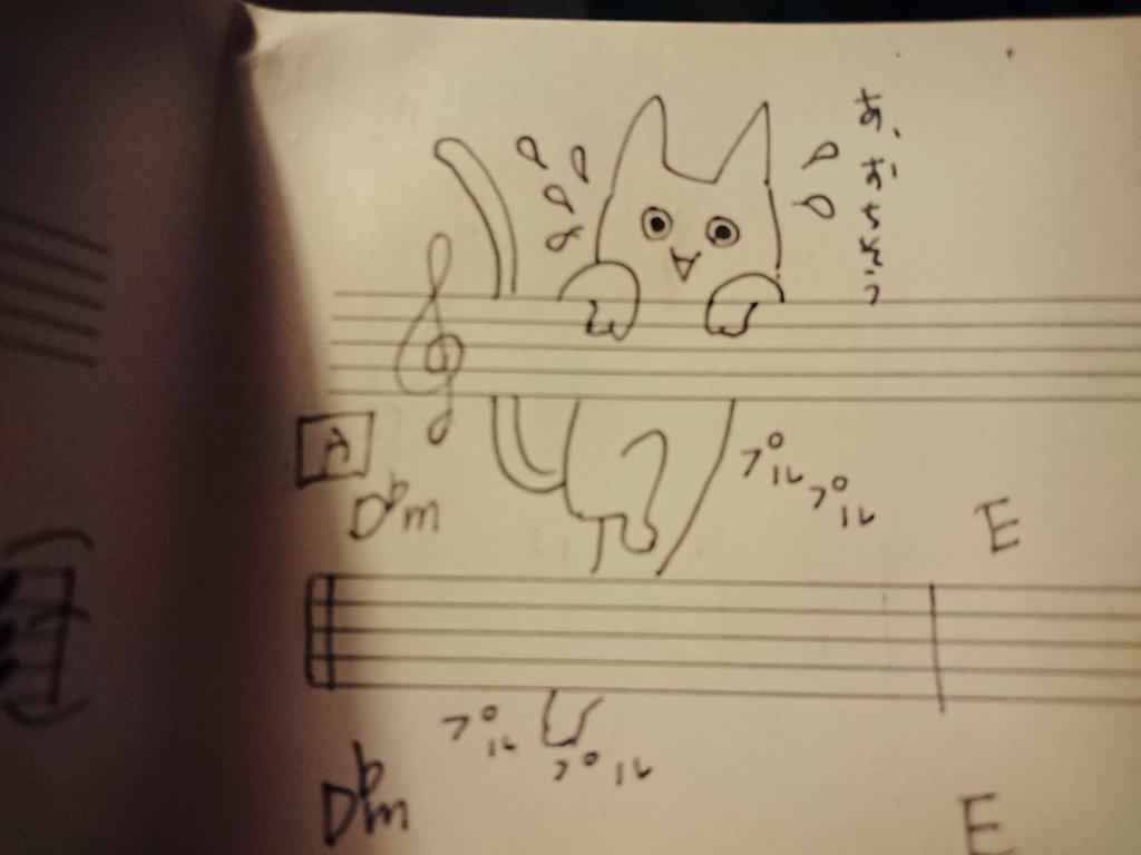 5線から落ちそうな猫 https://t.co/8TID8jo3En