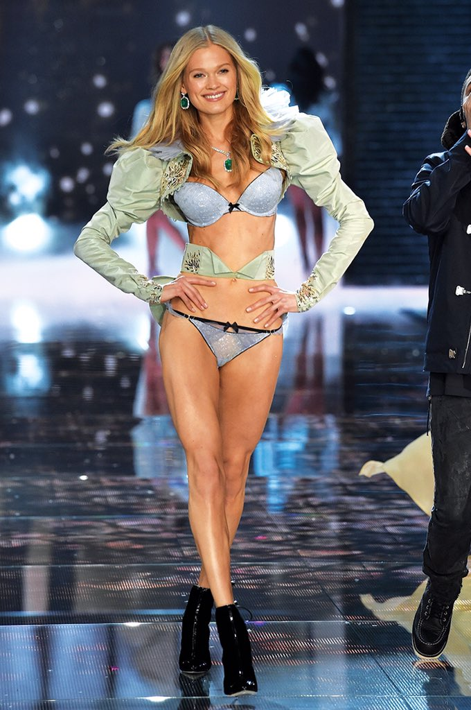 YASS! @vitasidorkina CRUSHING it in her first #VSFashionShow. https://t.co/SM96mR55M5