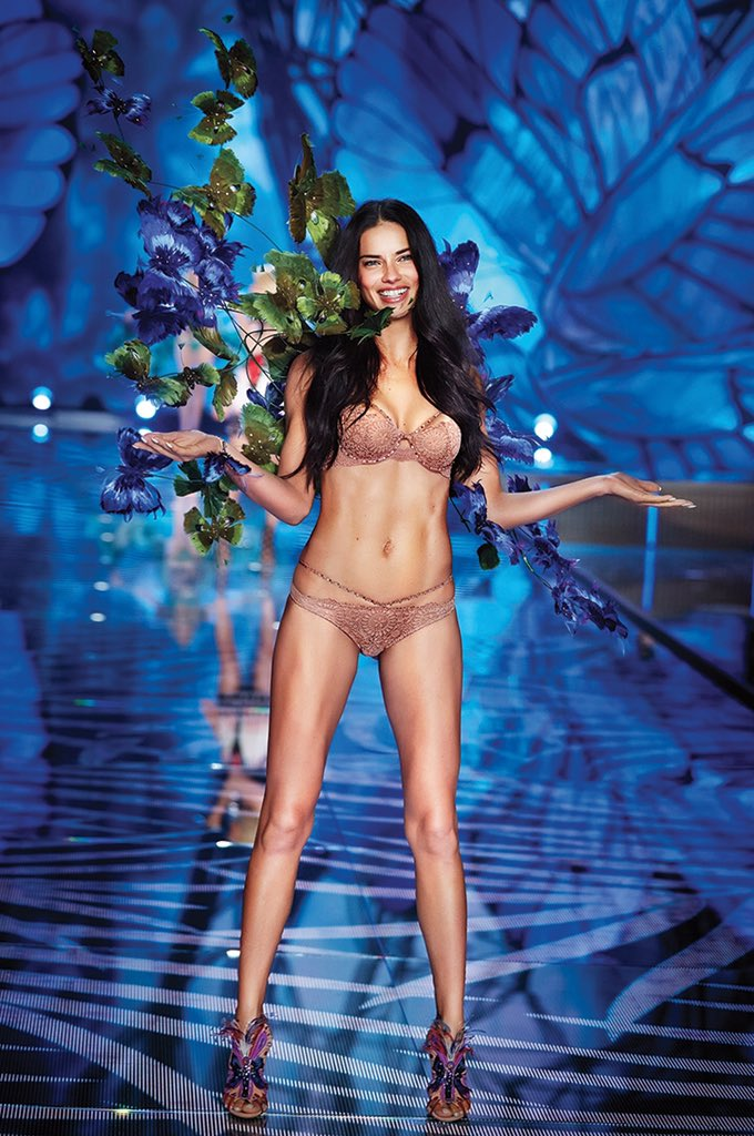 The one & only @AdrianaLima in her 15th #VSFashionShow https://t.co/9Gjs9gSqRA