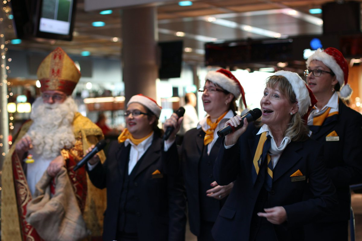 Watch our Lufthansa Xmas choir sing jolly tunes @FrankfurtAirport!