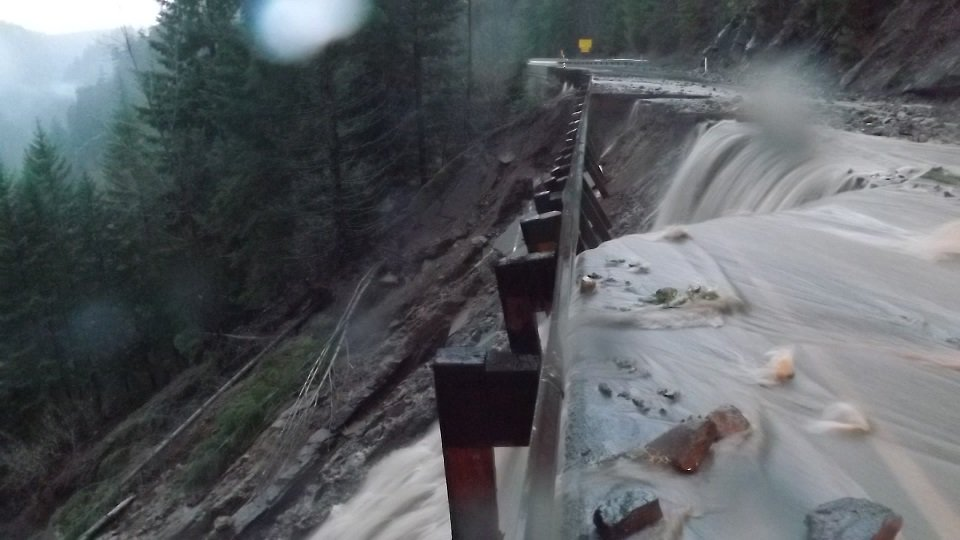 US 12 closed btwn Packwood and Naches. Here's what mp 143 (w of  White Pass) looks like, will be an extended closure https://t.co/wHChkrIEQz